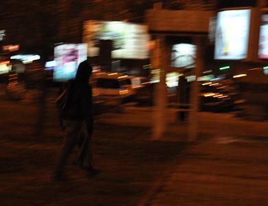 В центрі Полтаві молодики в масках шукають порожні пляшки