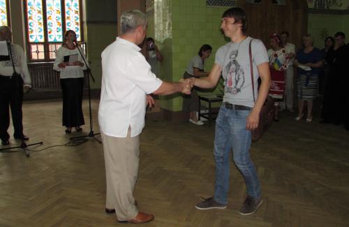 Віктор Бугайчук нагороджує Дмитра Козиренка