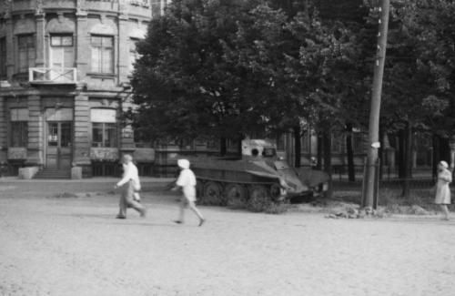 Підбитий радянський танк БТ-7 на вулиці Пушкіна у Полтаві
