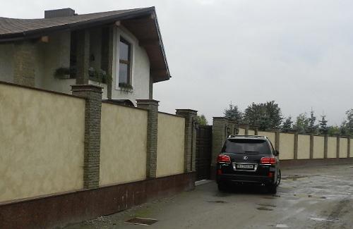 Lexus біля будинку мера Полтави