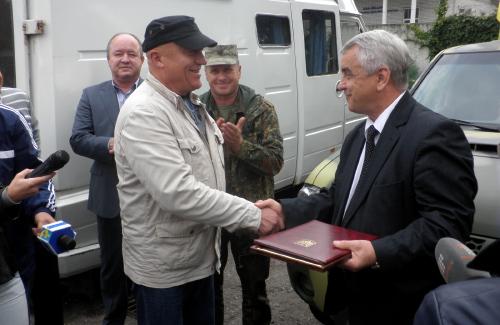 Віктор Бугайчук передає автомобілі айдарівцям