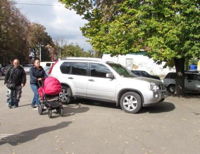 Мамам з колясками доводиться обходити авто