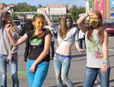 В Полтаве повторили индийский праздник «Холи»