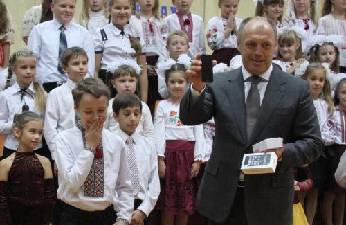Мер Полтави подарував iPhone 5s учаснику шоу «Голос.Діти»