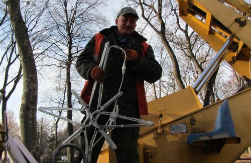Працівники КП «Міськсвітло» прикрашають дерева в корпусному парку до Нового року-2013