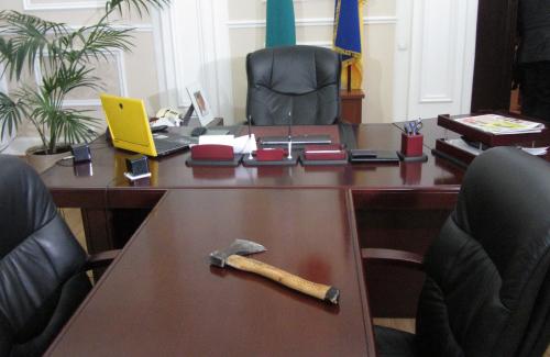 Сокира Сергія Капліна на столі у Олександра мамая