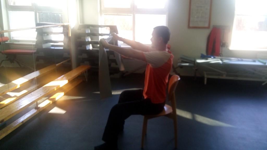 Український боєць Сашко проводить гімнастичні вправи