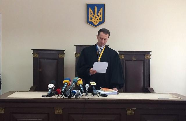 Судья Андрей Антонов зачитывает решение