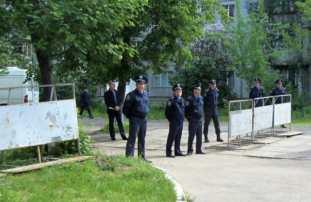 Міліція біля будівлі суду