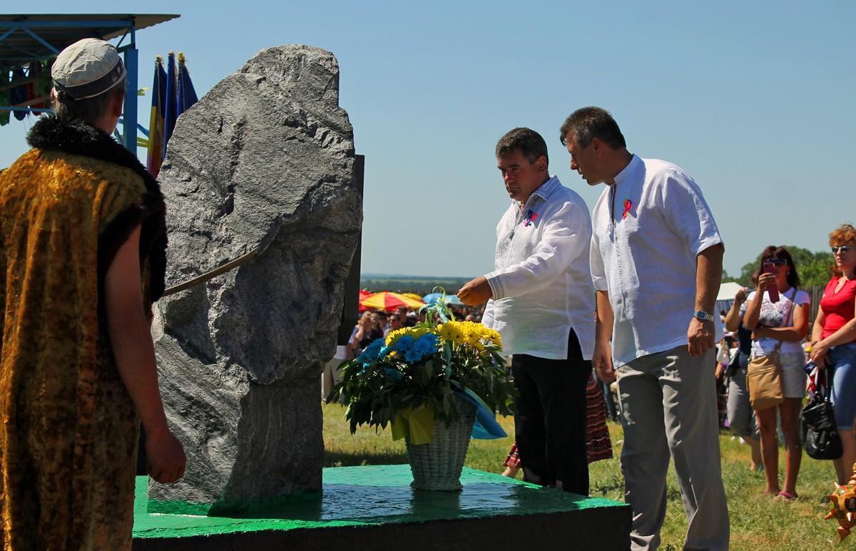 Покладання квітів до памятника городища Говтви