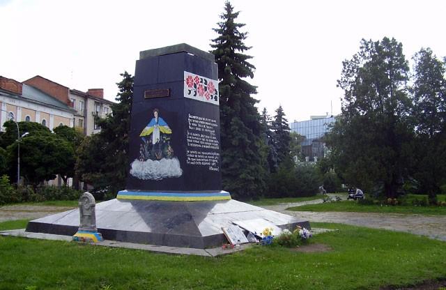 """Cквер на розі вулиць Леніна, Гагаріна, Комсомольської у Полтаві (фото з сайту """"Полтавщина"""")"""