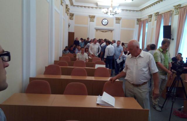 Депутаты от «Совести Украины» медленно подходят в зал
