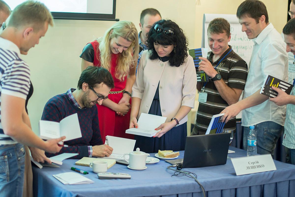 Сергій Лещенко дає автограф
