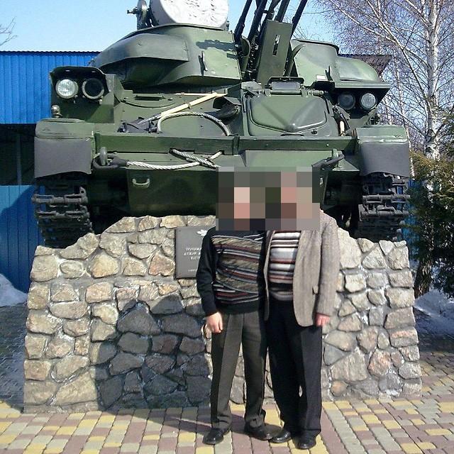 Вячеслав Жук (слева) возле «Шилки» полтавского Музея военных конфликтов ХХ века