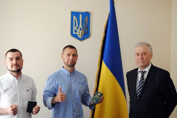 Міхалок та Азізбекян отримали посвідки на постійне проживання в Україні