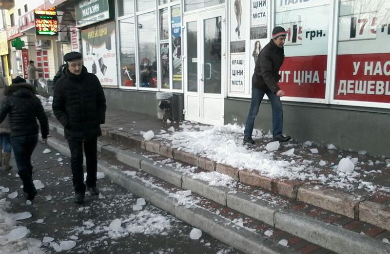 Лед упал прямо возле входа в магазин «Астера»