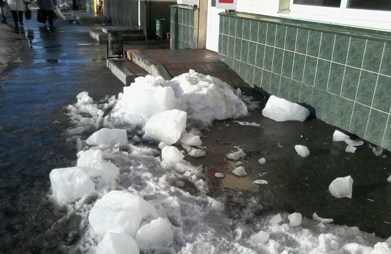 Упавший с крыши лед убил женщину