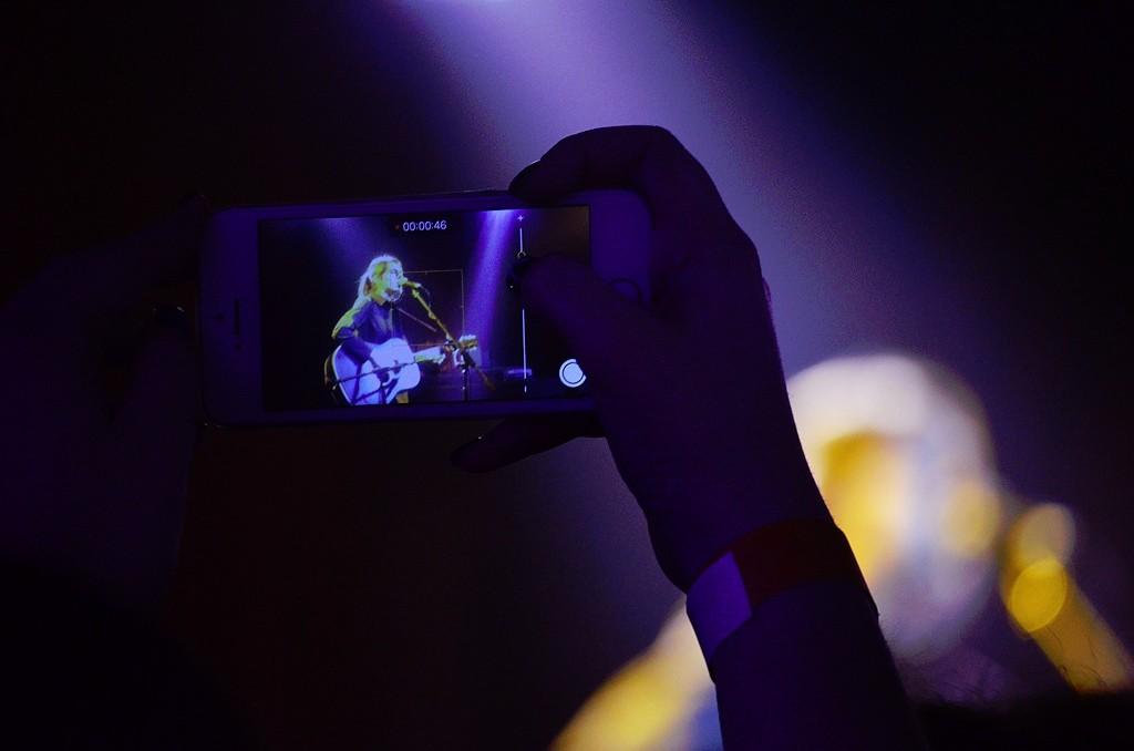 Глядачі фільмували концерт собі на пам'ять