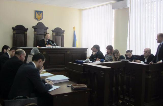 По правую сторону три прокурора и секретарь суда, по левую — адвокаты обвиняемых