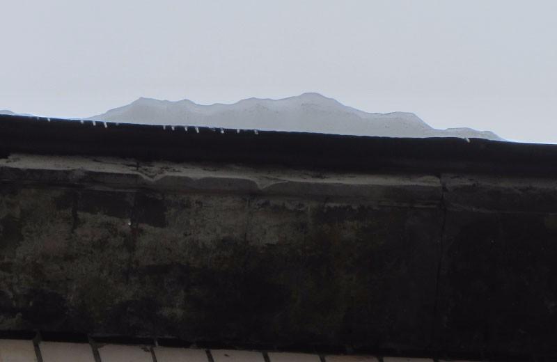 Остатки льда на крыше дома