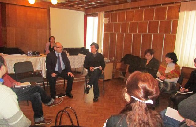 Професор Річард Еловіч читає лекцію полтавським наркологам та соціальним працівникам