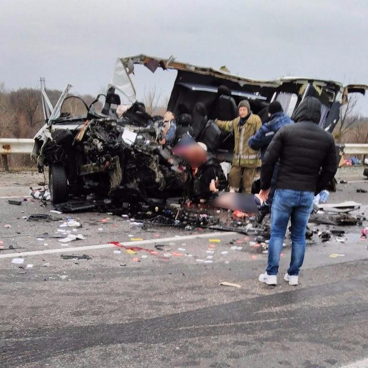 Разбитый микроавтобус Mercedes-Benz Sprinter