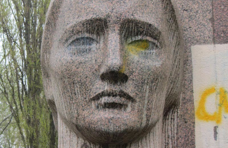 Оскверненный мемориал Скорбящей матери