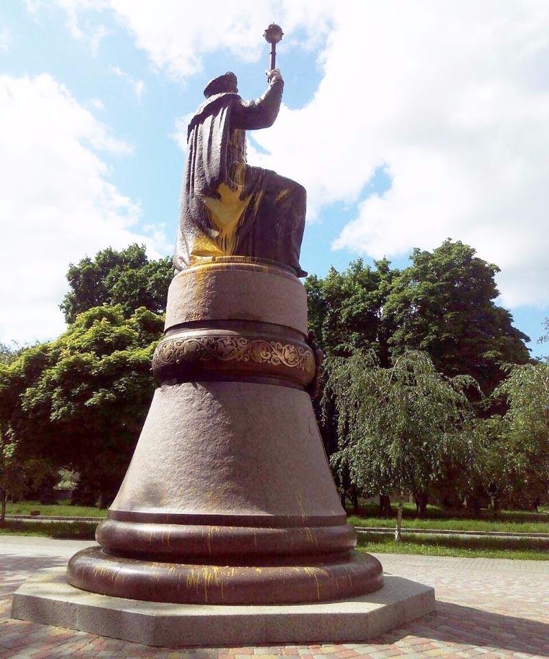 Забруднений пам'ятник Мазепі (фото ІВ «Полтавщина»)