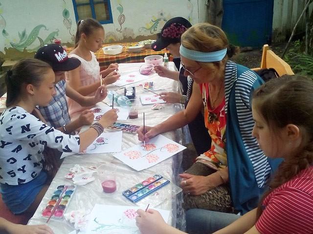 Дітей навчають Петриківського розпису