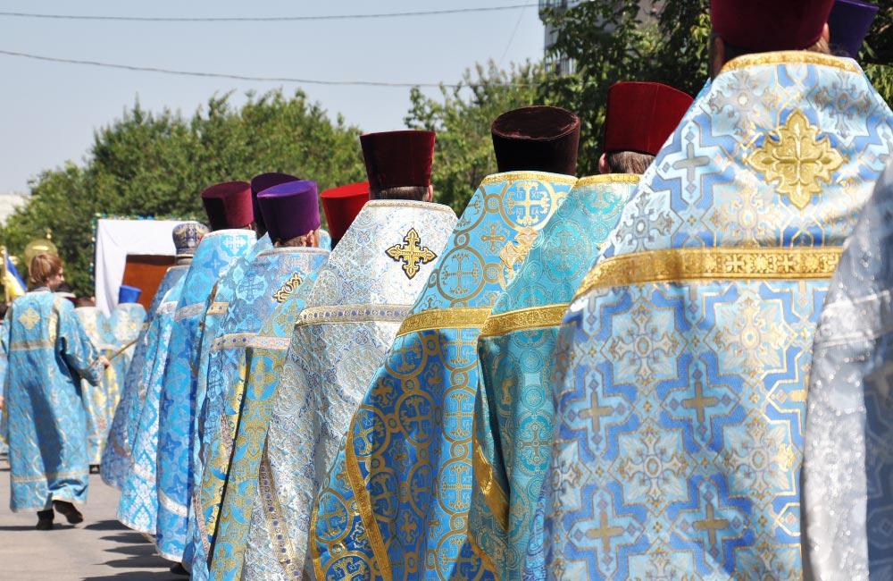 Колона священиків, за якими йдуть віряни