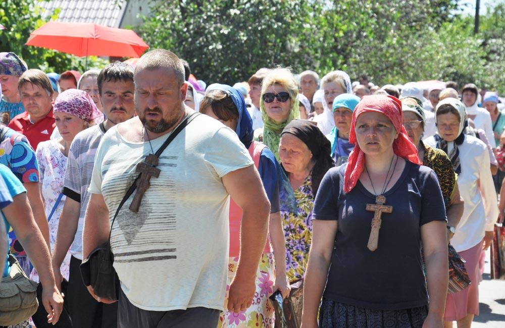 Віряни з дерев'яними хрестами