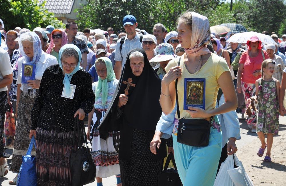 Учасники хресної ходи за мир