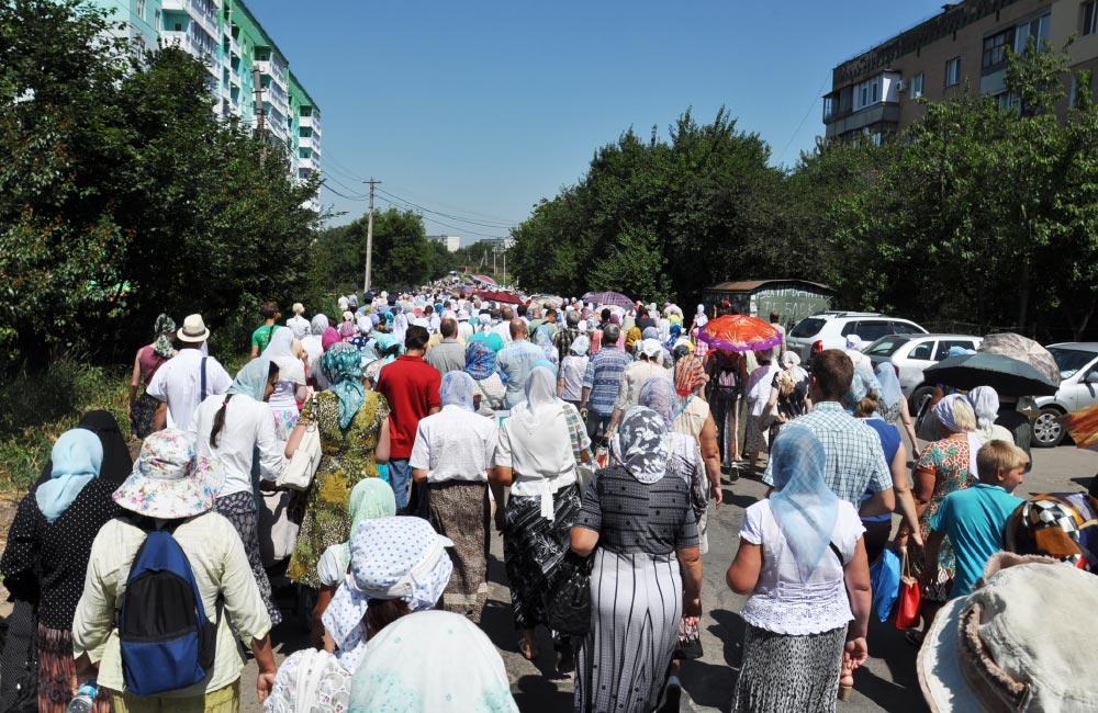 Хресна хода прямує вулицею Пушкіна у напрямку Горбанівки