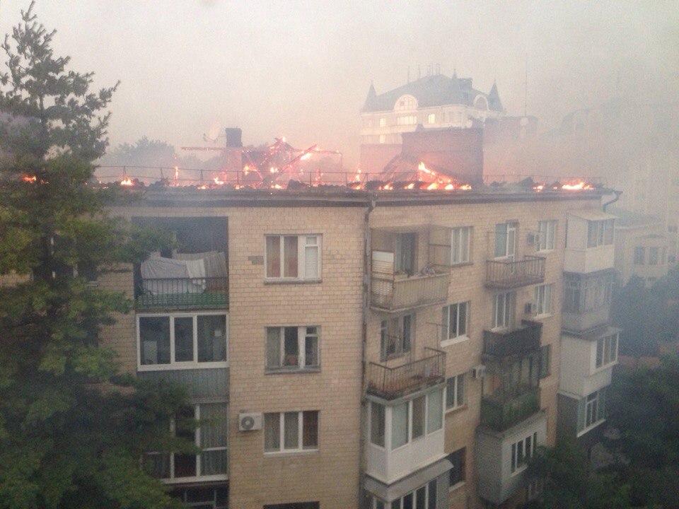 Около 17:30 загорелась крыша дома №13а по проспекту Первомайскому. По словам одного из жителей дома, вероятнее всего, возгорание случилось из-за удара молнии. Областная служба по чрезвычайным ситуациям пока причину пожара не называет. Пожар тушили 40 спасателей и 11 пожарных машин.