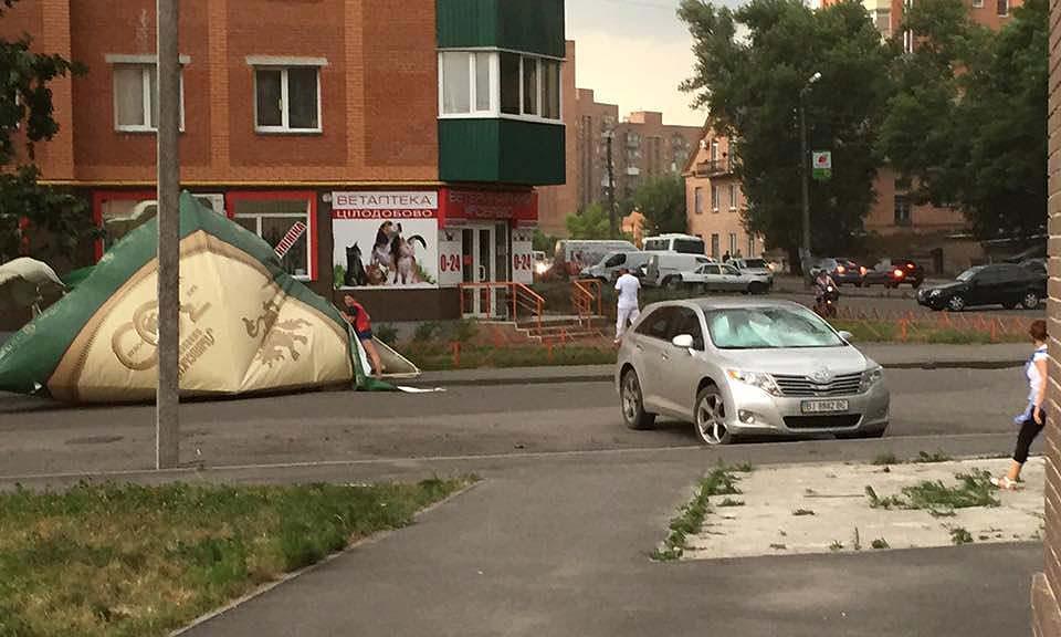 Около 18:00 на перекрёстке улиц Панянки и Зеленый Остров на Подоле сильный ветер снёс пивную палатку.