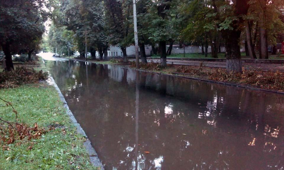 Ливень затопил Первомайский проспект, на котором дорогу заасфальтировали 5 дней назад.