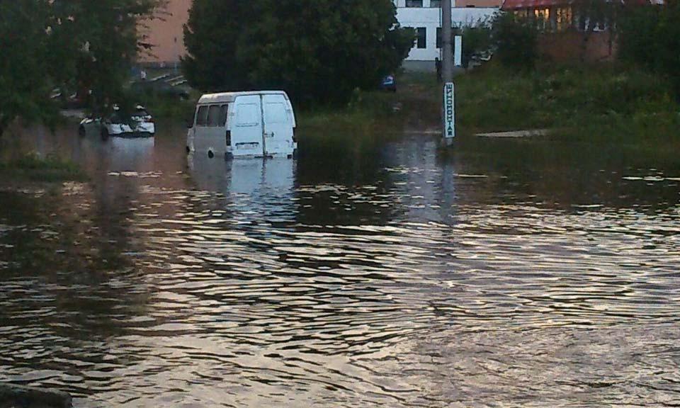 Сильный дождь затопил улицу Героев АТО (Красина). Воды было столько, что не видно колёс машин.