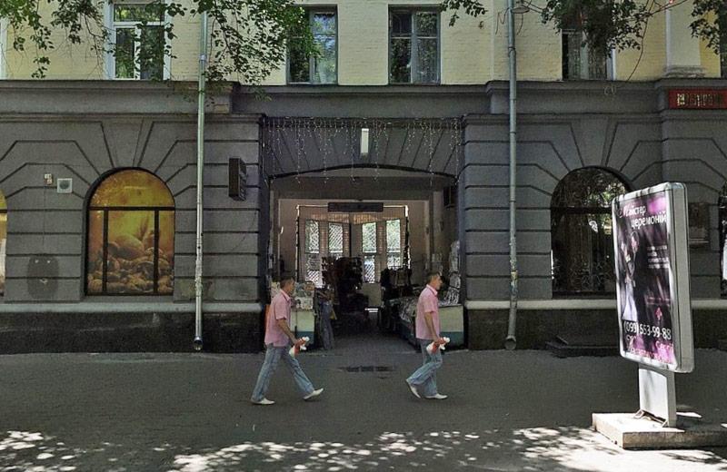 «Газетна арка» по вул. Соборності, 27
