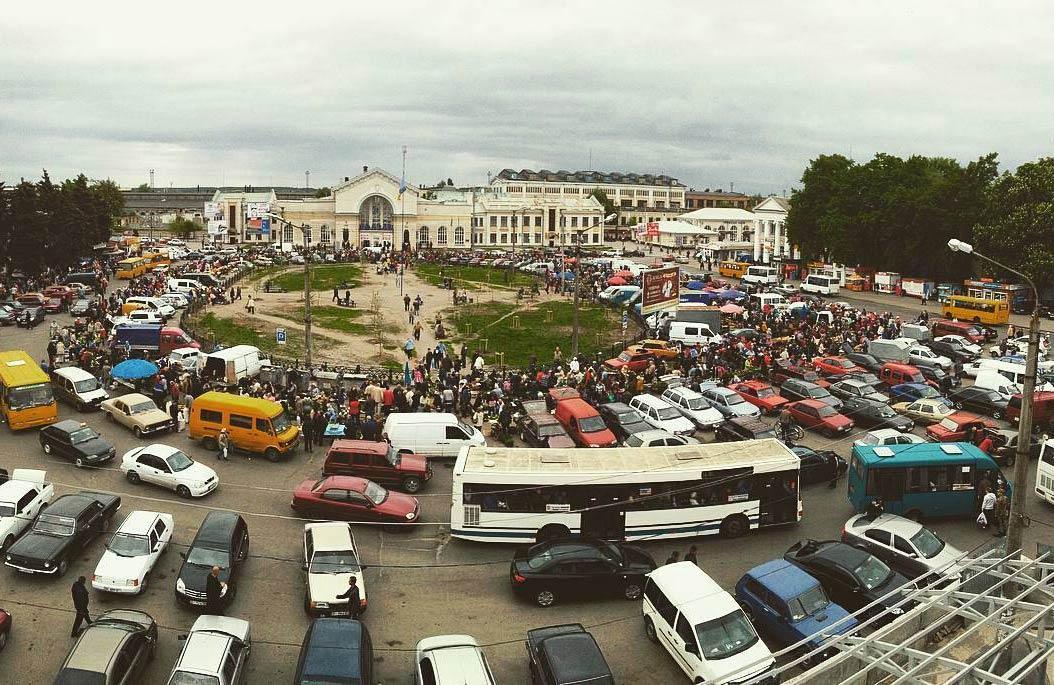 Стихійна торгівля на площі Слави у Полтаві (травень 2016)