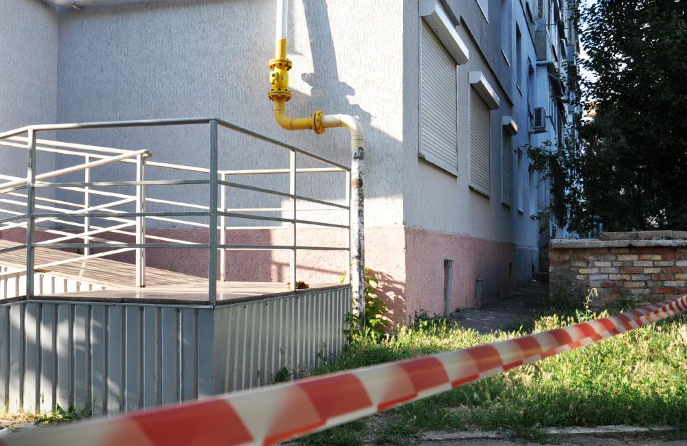 На одній із центральних вулиць Івано-Франківська існує загроза падіння на голови перехожим водостічної труби