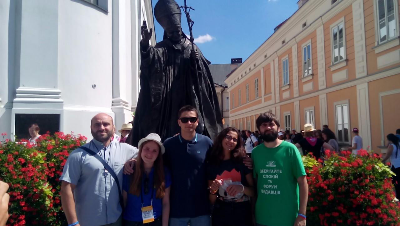 Полтавська делегація біля пам'ятника Івана Павла ІІ