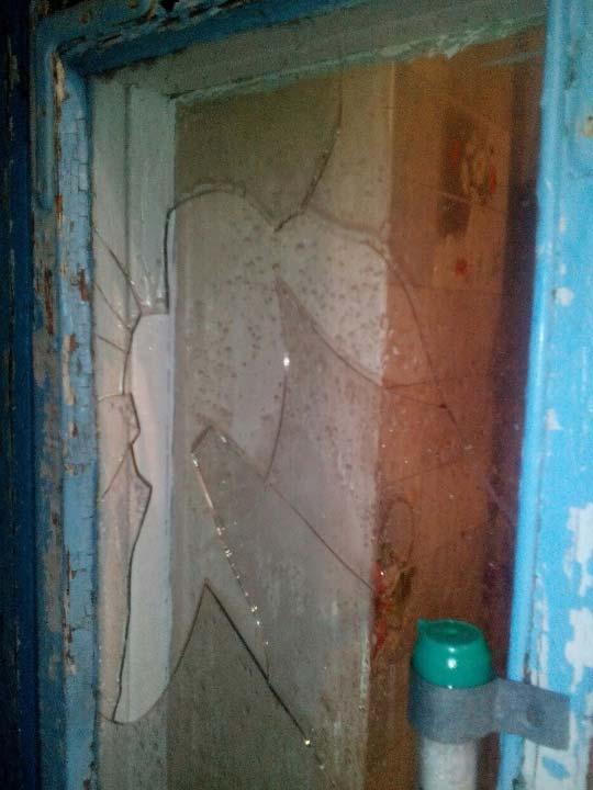 Оптимистический комментарий Валерия Кушая к фотографии с разбитым градом окном: «Я пластікові вікна якраз хотів ставить) погода сказала: Пора!)))»