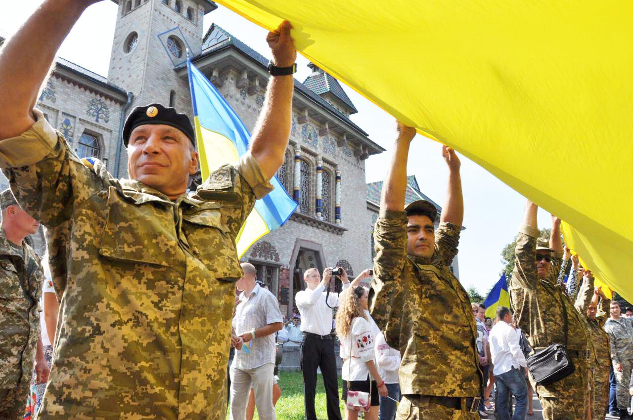 Військові з прапором