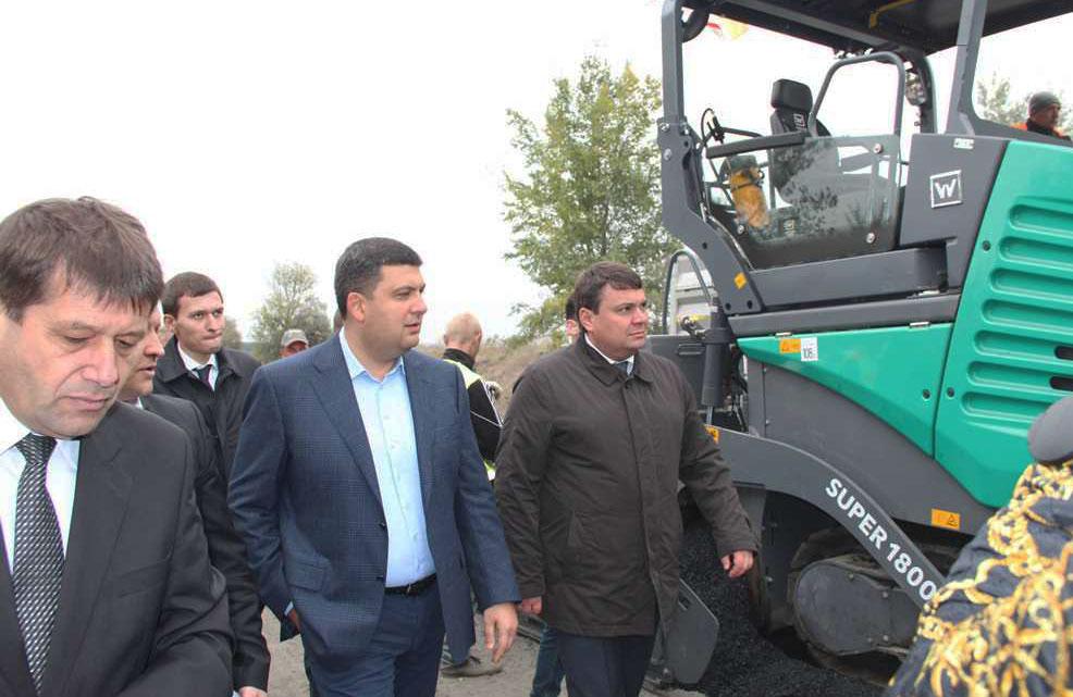 Володимир Гройсман відзначив повінстю нову техніку, яка працює на дорожніх роботах