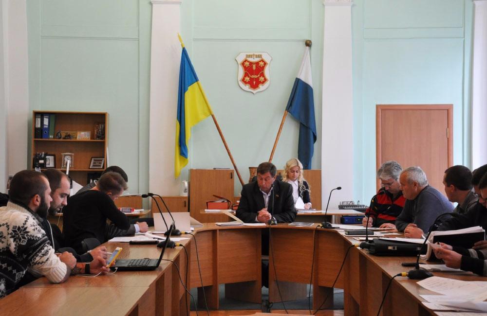 В центрі — голова комісії з питань місцевого самоврядування, законності, правопорядку, інформаційної політики, Регламенту, депутатської етики та антикорупційної політики