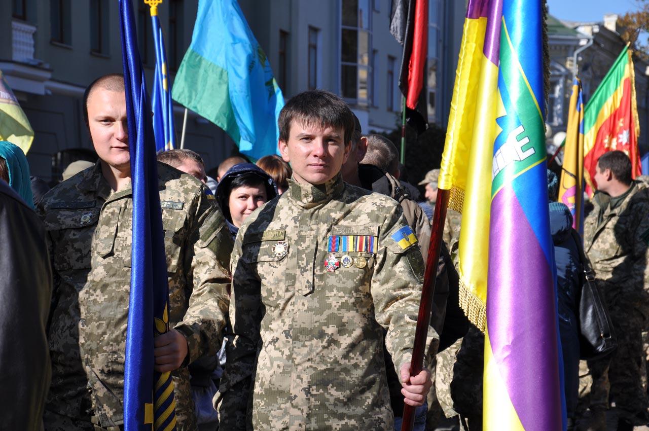 Військові шикуються перед початком маршу.