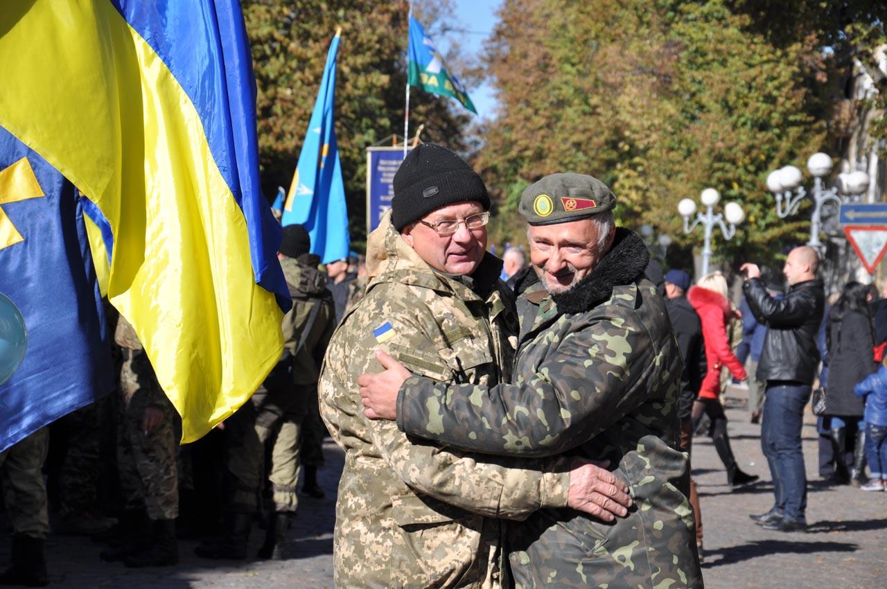 На марші зустрілися бійці, які разом захищали країну на Східних рубежах.