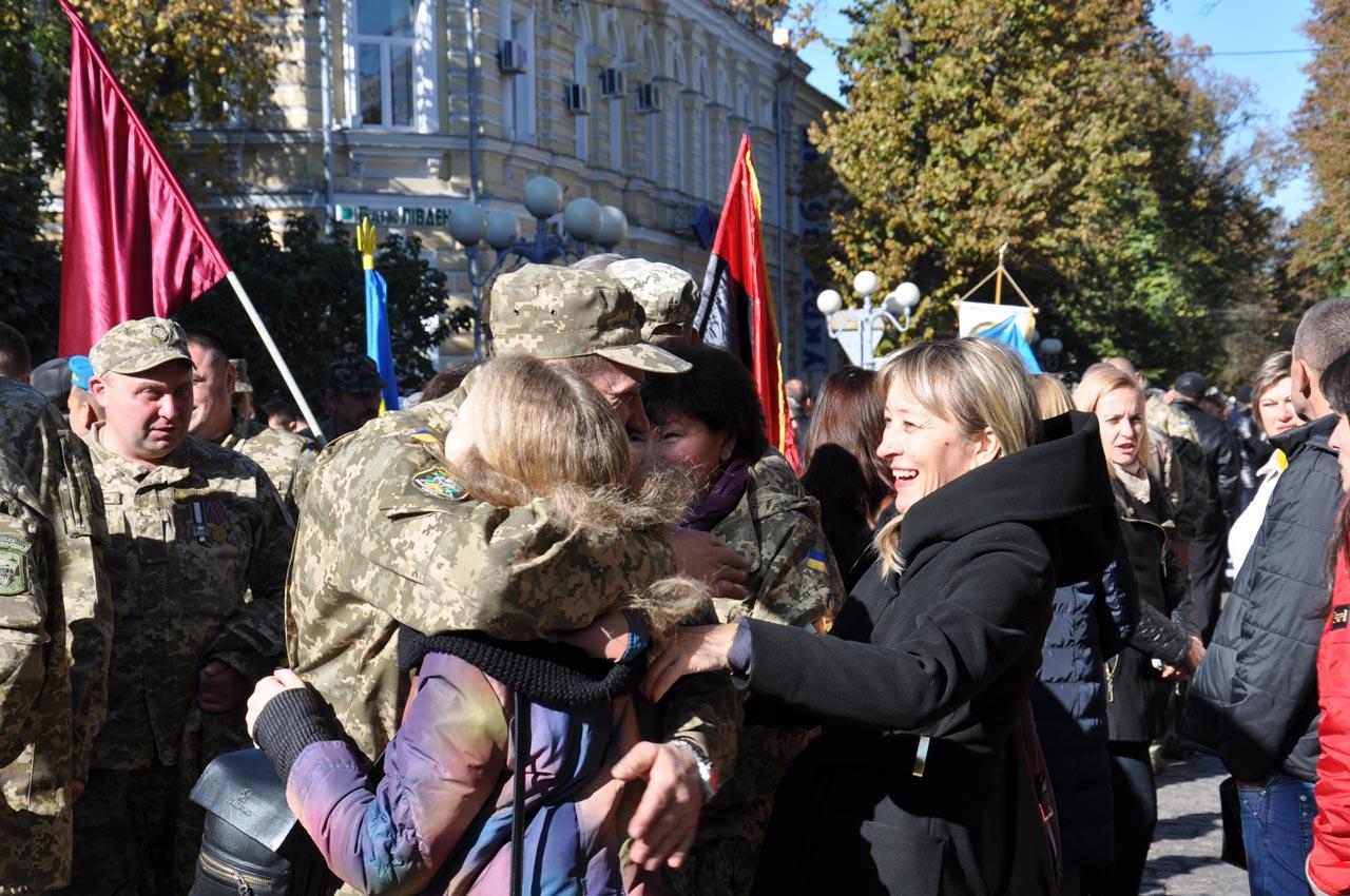 Теплі обійми воїнів з родиною.