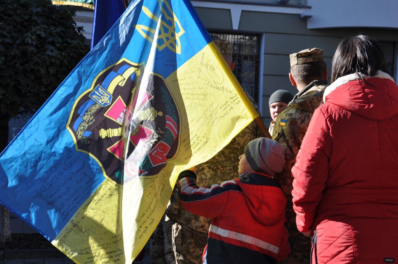Малеча біля бойового прапора.