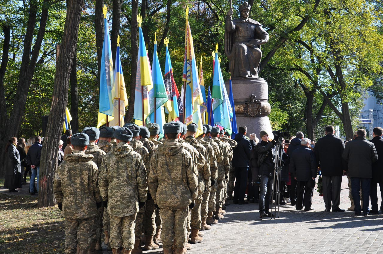 Військові вишикувалися біля пам'ятника Івану Мазепі. Розпочалося урочисте привітання воїнів.